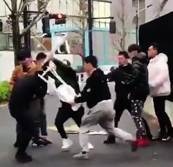 【渋谷】 人気ブランドSupremeの行列で集団暴行 / 武器持った客がSupreme店員を集団リンチ