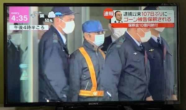 【画像】 ゴーン被告、作業員に扮して軽ワゴンで脱出 メディアも騙される