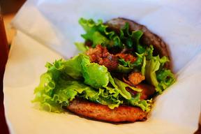 モスバーガーが肉と肉で肉と肉をサンドした「にくにくにくバーガー」を発売! 価格は850円