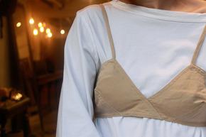 【画像】 女子の間で服の上からブラという下着泥棒みたいなファッションが流行ってしまう
