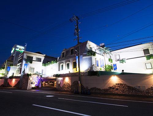 ラブホテルで腹上死した52歳男性を放置した31歳女逮捕