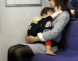 子供が泣き出したら、隣の乗客が耳栓を... 「悲しくて涙」母親の訴えに反響