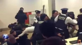 【動画】 大雪の欠航で中国人100人が大暴れ 新千歳空港