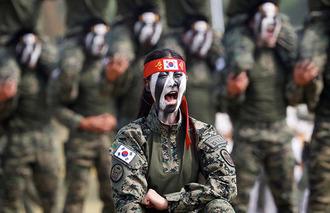 【画像】 北朝鮮の金正恩抹殺を誓う「斬首部隊」の女性兵士をご覧ください