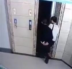 【動画】 なかなかエレベーターが来ないためドアを無理矢理開ける 義父「よし乗ろうか」 → 落下死