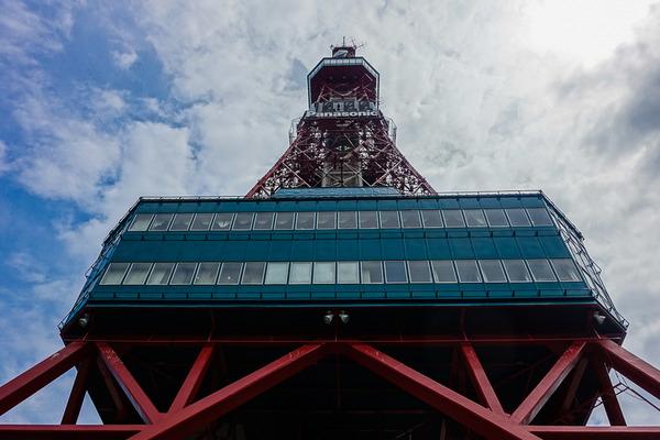 真下からのテレビ塔