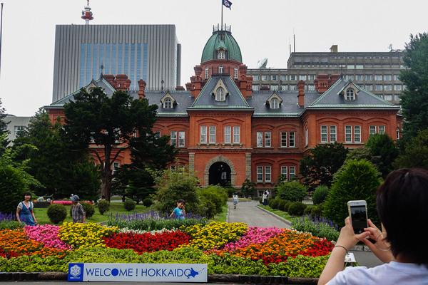 赤れんが庁舎前で Taka a Picture