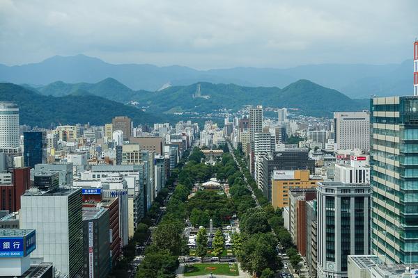 テレビ塔から大通公園と大倉山ジャンプ台を望む