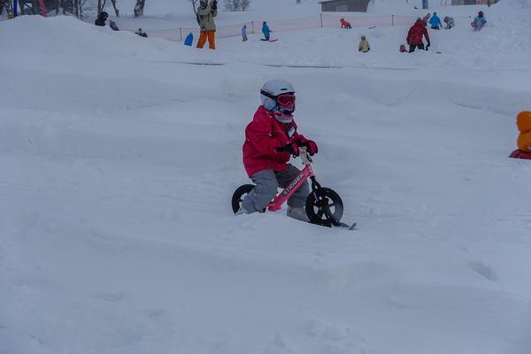 スノーストライダーで遊ぶ娘