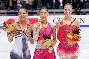 GPファイナル最終日、銀メダルに輝いた浅田真央(左)。