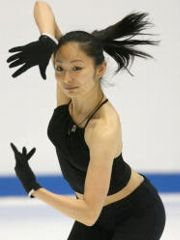 セクシーなへそ出し黒いキャミで練習する安藤美姫