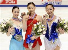 表彰式でメダルを手にする(左から)中野友加里
