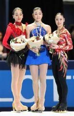 2位の浅田真央、優勝した金妍児、3位の中野友加里(左から)=パリ