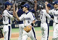 中日対巨人 巨人に連勝し喜ぶ井端ら中日ナイン。左端は3勝目を挙げた石井裕也 ナゴヤドーム