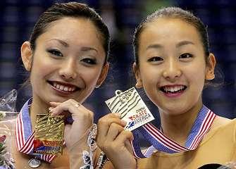 優勝の安藤美姫(左)と3位の浅田真央