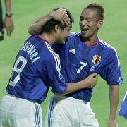 バーレーン戦 前半34分、決勝ゴールを決め、中田(右)と抱き合う小笠原