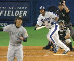 中日対阪神 5回裏、中日2死一、二塁、アレックスが左中間に3ランホーマーを放つ。投手井川 ナゴヤドーム