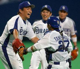 阪神相手にノーヒットノーランを達成し、捕手・谷繁と抱き合う山本昌=ナゴヤドーム