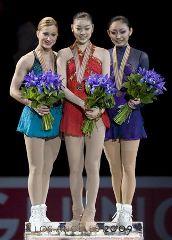表彰式の銀・ジョアニー・ロシェット、金・金妍児、銅・安藤美姫(左から)=ロサンゼルス