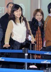 山田コーチ(右)とともに米国へ出発した浅田舞