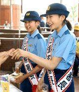 浅田舞ちゃん(右)真央ちゃん(左)の婦警さんの制服姿に萌え〜