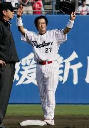 ヤクルト対広島 6回裏ヤクルト無死、古田が三塁線への二塁打を放ち、通算2000本安打を達成。二塁ベースでファンの声援に応える 坊っちゃんスタジアム
