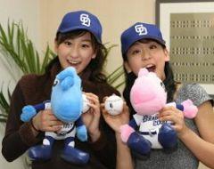 ドラゴンズ開幕戦で始球式をすることになった浅田舞(左)と真央姉妹