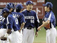 巨人対中日 7回のピンチにマウンドに集まる落合監督ら中日ナイン 東京ドーム