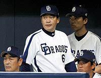 中日対横浜 先発川上が横浜にKOされ、厳しい表情で試合を見守る中日・落合監督 ナゴヤドーム