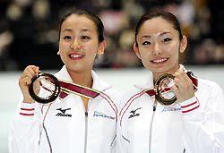優勝して笑顔を見せる浅田真央(左)と安藤美姫=さいたまスーパーアリーナ