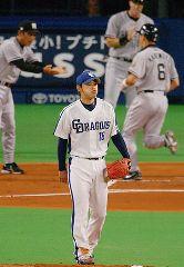 中日対阪神 1回表、阪神の金本(右)に3ランを浴び、口をとがらせる中日先発の朝倉(中央)。 ナゴヤドーム