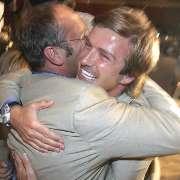 シンガポールでのIOC総会で、2012年夏季五輪開催地がロンドンに決まり、抱き合って喜ぶベッカム(右)