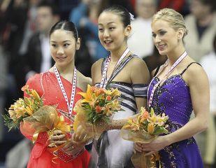 スケートカナダで優勝し笑顔で表彰台に立つ浅田真央