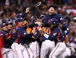 優勝を喜ぶ日本の選手たち=米カリフォルニア州サンディエゴのペトコパーク