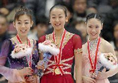 (左から)2位の村主章枝、優勝した浅田真央、3位の中野友加里