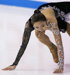 ジャンプで着氷に失敗し、手をつく安藤美姫