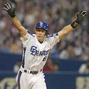 中日対広島 6回裏、中日2死、レフトに勝ち越しの満塁ホームランを放ち万歳をする井端 ナゴヤドーム