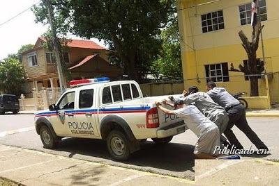 carro-policia-empujado-31924_503350716388904_1961460651_n