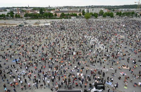 ドイツ人「ドイツでコロナはデマだというデモが起きてて悲しい」海外の反応