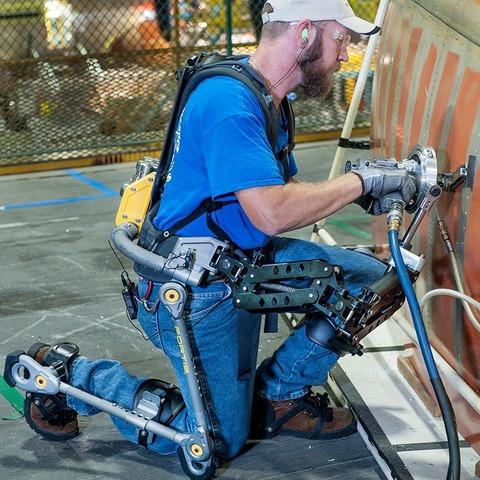 「米軍が採用した無動力の作業用身体サポーターが話題に」海外の反応