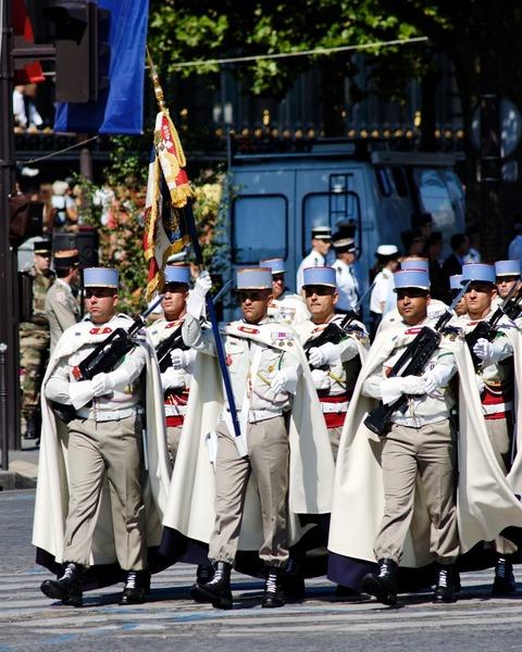 1st_Spahis_standard_guard_Bastille_Day_2008
