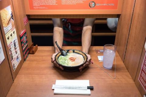 「日本には一蘭という超個人向けな席があるラーメン屋がある」海外の反応