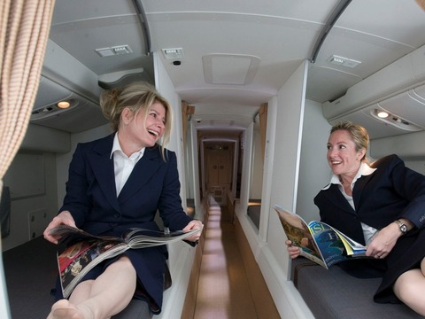 「客室乗務員が旅客機内で睡眠を取るためのベッドルームが話題に」海外の反応