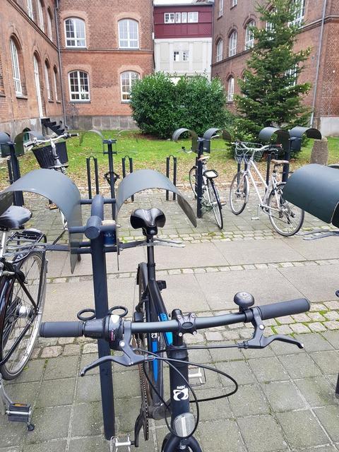 「自転車のサドルが雨で濡れるのを防ぐデンマークの駐輪場の工夫」海外の反応
