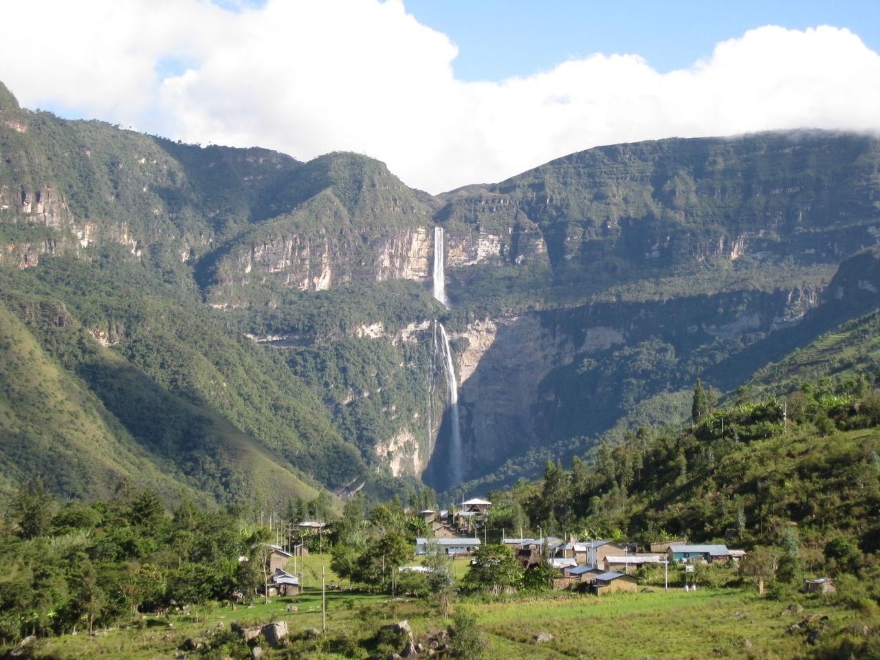 麓の街とゴクタの滝 遺跡壁紙