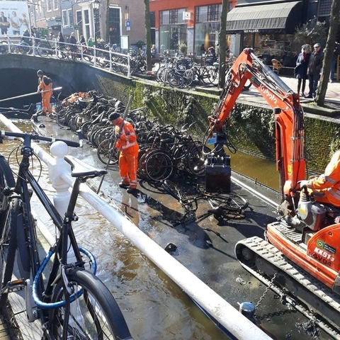 「オランダの運河の水を毎年抜くたびに水底から現われるもの」海外の反応