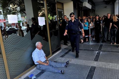 「ATM前で国の現状を嘆いて崩れ落ちる年配のギリシャ人男性が話題に」海外の反応