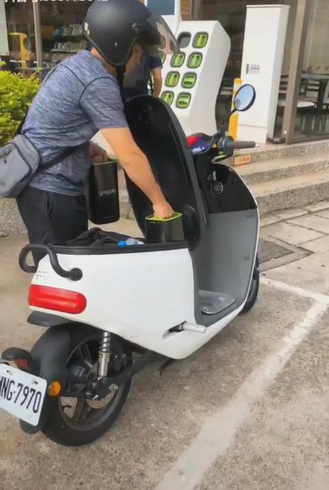 「台湾にある簡単に交換可能な電動スクーター用バッテリーが未来的だと話題に」海外の反応