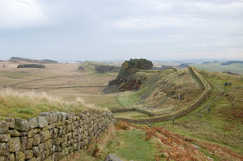 800px-Hadrian's_Wall_west_of_Housesteads_3