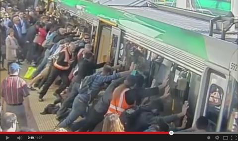 「オーストラリアで隙間に挟まった男性を乗客らが電車を傾けて救出し話題に」海外の反応